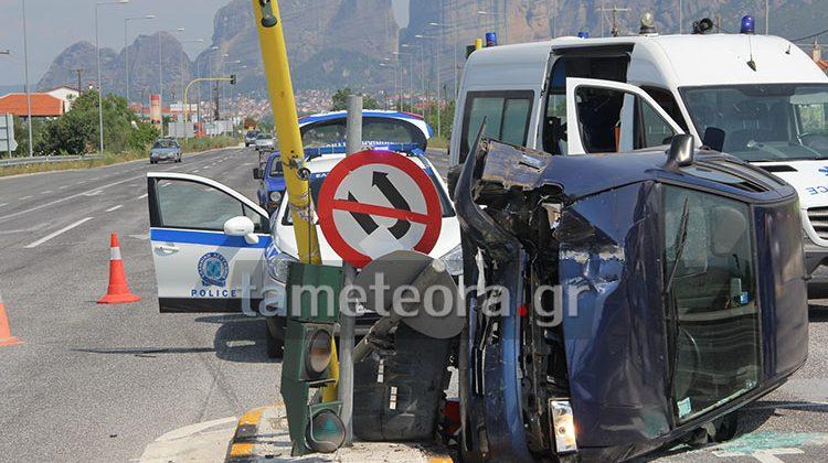 ΙΧ αυτοκίνητο «καρφώθηκε» σε φωτεινό σηματοδότη στην Ε.Ο. Τρικάλων-Καλαμπάκας