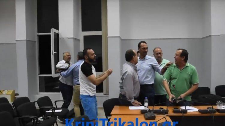 Μαλλιά κουβάρια στο Δημοτικό Συμβούλιο Φαρκαδόνας (VIDEO)