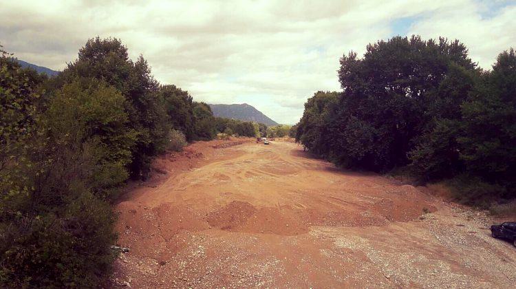 Η κοίτη του Πηνειού στα Τρίκαλα μετατράπηκε σε... λεωφόρο λόγω έργων