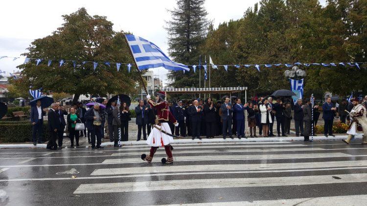 Υπό βροχή πραγματοποιήθηκε η παρέλαση της 28ης Οκτωβρίου στα Τρίκαλα (ΦΩΤΟ)